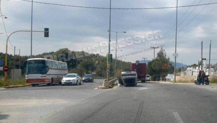 Αυτοκίνητο τούμπαρε στη Λ. Μαραθώνα προς την Ραφήνα -φωτό-