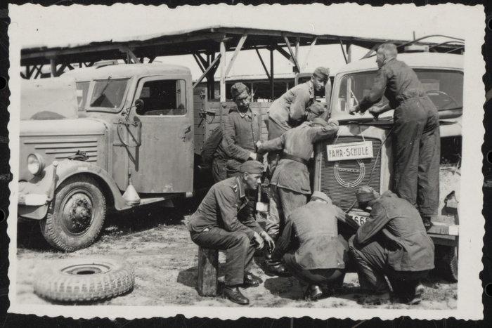 Γερμανοί στρατιώτες επιδιορθώνοντας όχημα σχολής οδηγών