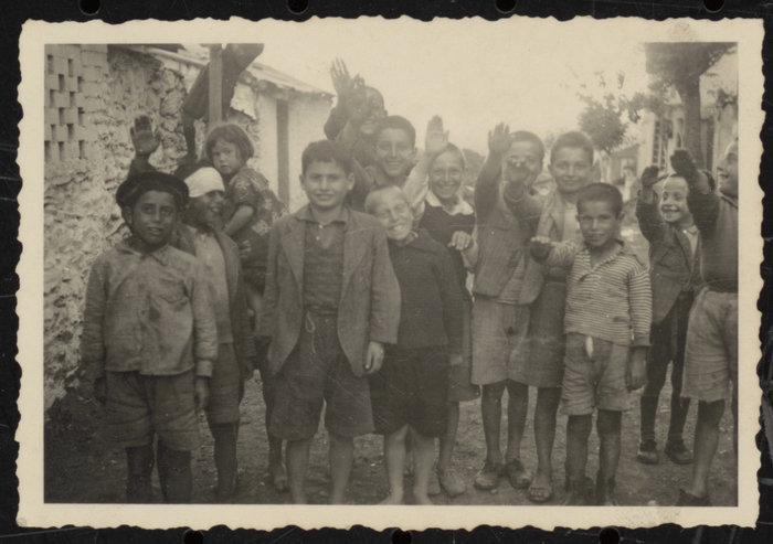 Μικρά παιδιά που χαιρετούν ναζιστικά