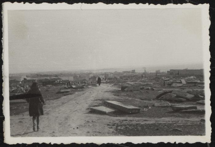 Το εβραϊκό νεκροταφείο κατά την καταστροφή του το 1942
