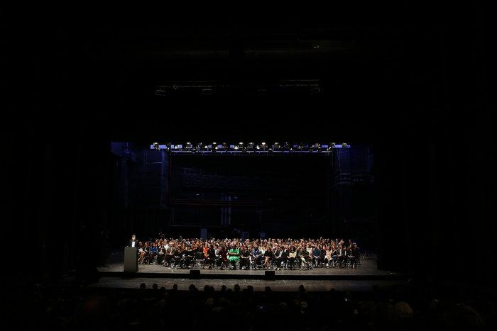 Αποψη της σκηνής της αίθουσας Τριάντη στη συνέντευξη τύπου της documenta 14