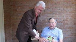 Η σοκαριστική εμφάνιση του πατέρα Μπους και η φωτό με Κλίντον