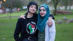 Μια άγνωστη με μαντίλα υπερασπίστηκε η νεαρή - σύμβολο κατά του φασισμού