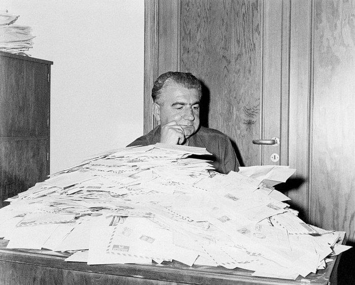 Ο Δημήτρης Ψαθάς στο γραφείο του στα Νέα μπροστά από τα γράμματα των αγανακτισμένων πολιτών που έβρισκαν στο χρονογράφημά του σανίδα σωτηρίας. «Θα το γράψω στον Ψαθά» ήταν μία από τις φοβερές απειλές της εποχής εκείνης. Ο Ψαθάς ήταν ο πρώτος που καθιέρωσε το πολιτικό χρονογράφημα