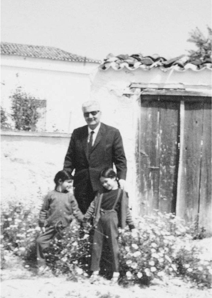 3) Ο Δημήτρης Ψαθάς με τις αγαπημένες του εγγονές Λίζα και Λένα Νίτσου (απο την κόρη του Μαρία)