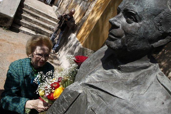 Η Χριστίνα Μουστακλή στο μνημείο του συζύγου της.