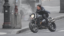 Ο Τομ Κρούζ τρέχει με μηχανή μεγάλου κυβισμού μέσα στο Παρίσι
