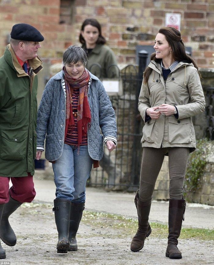 Το ανατρεπτικό ντύσιμο της Κέιτ Μίντλετον με Zara παντελόνι και μπότες