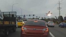 Αεροσκάφος πέφτει πάνω σε αυτοκίνητα και παίρνει φωτιά