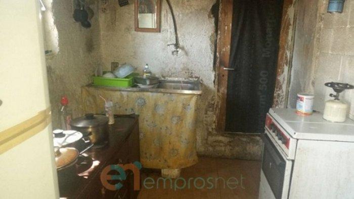 Εικόνες σοκ: Μητέρα με δύο παιδιά ζει σε καλύβα χωρίς ρεύμα στη Λέσβο
