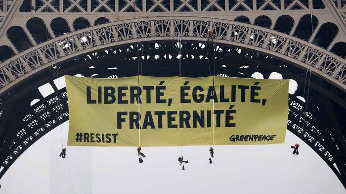 Πανό της Greenpeace κατά της Λεπέν στον Πύργο του Αιφελ