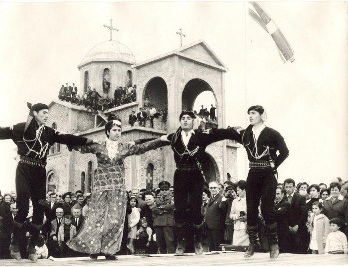 Τραπεζούντα, Πόντος. Χορευτές και πίσω η εκκλησία του Αγίου Γεωργίου