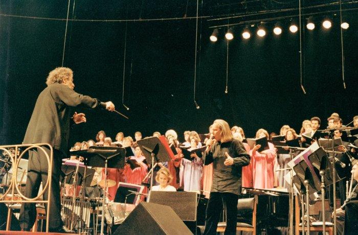 Διευθύνοντας τον Πέτρο Πανδή στην ιστορική συναυλία του Canto General στη Χιλή το 1993 (φωτογραφία Φώτη Απέργη).