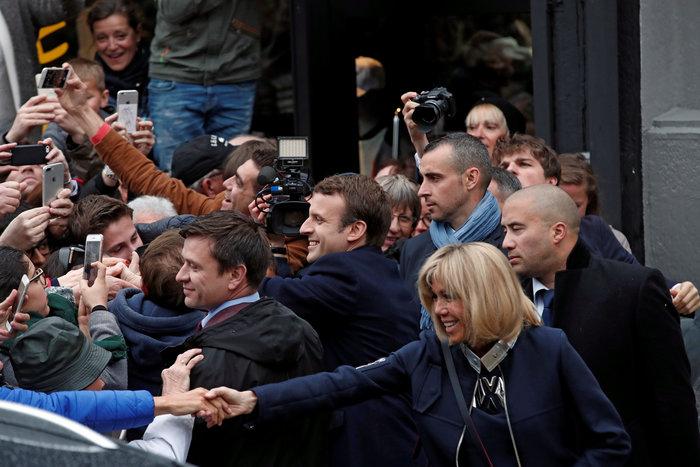 Αποθεωτική υποδοχή στον Μακρόν ενώ φτάνει να ψηφίσει φωτο - εικόνα 3