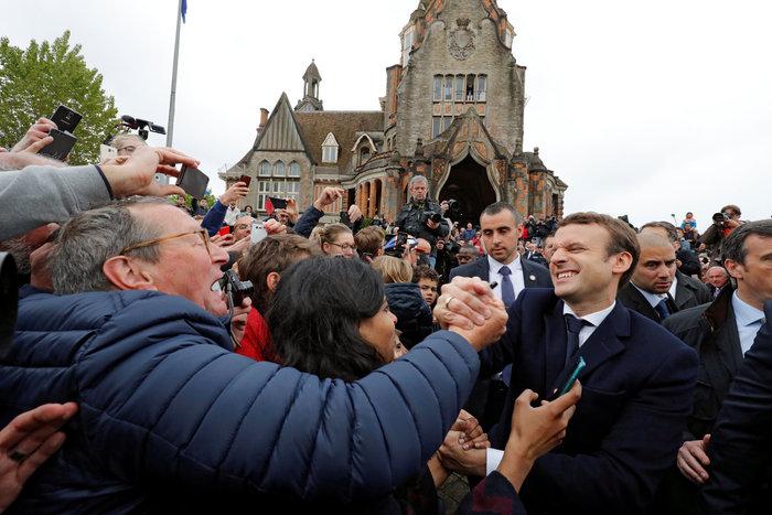 Αποθεωτική υποδοχή στον Μακρόν ενώ φτάνει να ψηφίσει φωτο - εικόνα 5