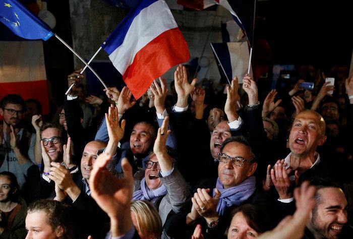 Υποστηρικτές του Εμανουέλ Μακρόν πανηγυρίζουν