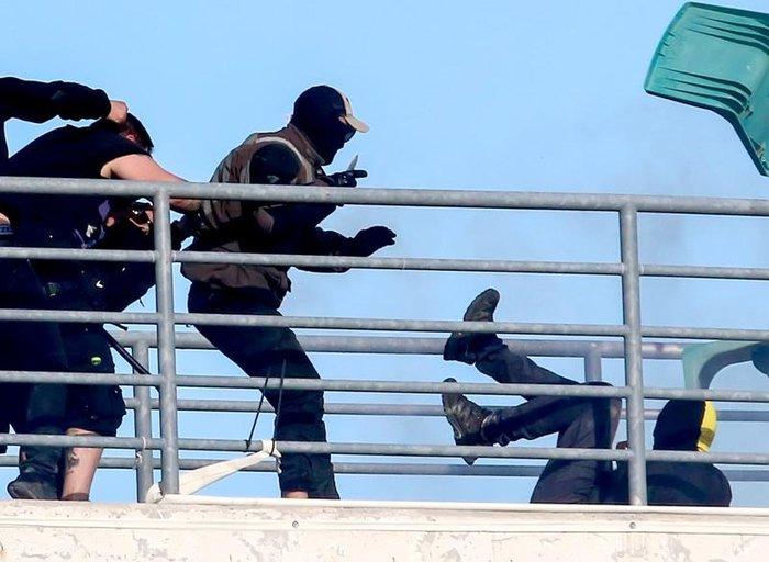 Κάρε καρέ η στιγμή που αδίστακτος χούλιγκαν μαχαιρώνει οπαδό της ΑΕΚ - εικόνα 3