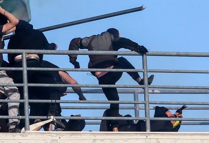 Κάρε καρέ η στιγμή που αδίστακτος χούλιγκαν μαχαιρώνει οπαδό της ΑΕΚ - εικόνα 4