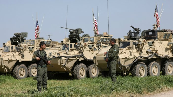 Κούρδοι μαχητές δίπλα στα οχήματα που έστειλαν οι ΗΠΑ