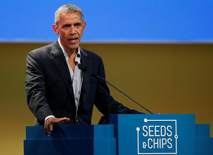 Ο cool Μπαράκ Ομπάμα άνοιξε το πουκάμισό του και γοήτευσε τα πλήθη