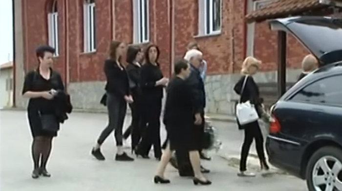 Θρήνος στην κηδεία της 36χρονης που δολοφονήθηκε στη Θεσσαλονίκη - εικόνα 2
