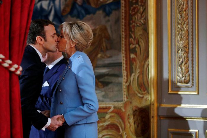 Την φίλησε μέσα στο Ελιζέ: Το πρώτο φιλί του Προεδρικού ζεύγους της Γαλλίας