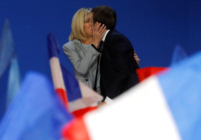 Την φίλησε μέσα στο Ελιζέ: Το πρώτο φιλί του Προεδρικού ζεύγους της Γαλλίας - εικόνα 5