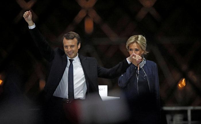 Την φίλησε μέσα στο Ελιζέ: Το πρώτο φιλί του Προεδρικού ζεύγους της Γαλλίας - εικόνα 6