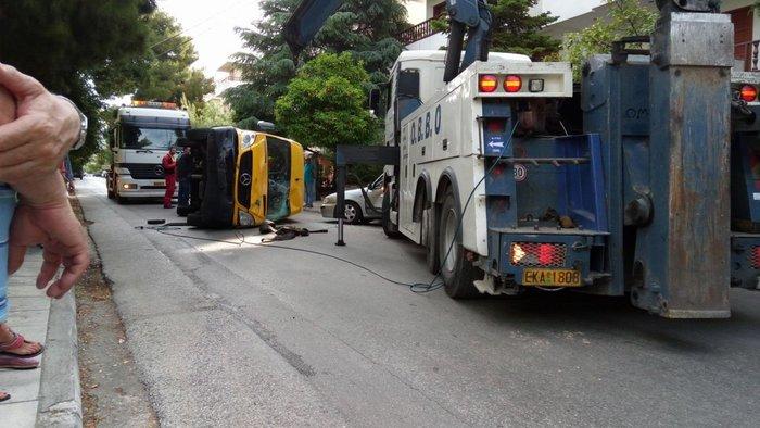 Εικόνες σοκ στα Βριλήσσια: Ανετράπη σχολικό λεωφορείο