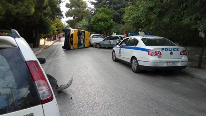Εικόνες σοκ στα Βριλήσσια: Ανετράπη σχολικό λεωφορείο - εικόνα 2