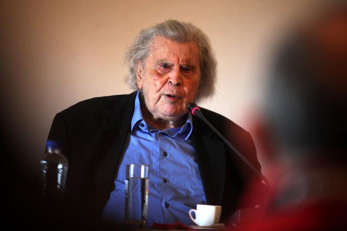 Ο Μίκης Θεοδωράκης καλεί τον κόσμο να διαδηλώσει κατά των νέων μέτρων
