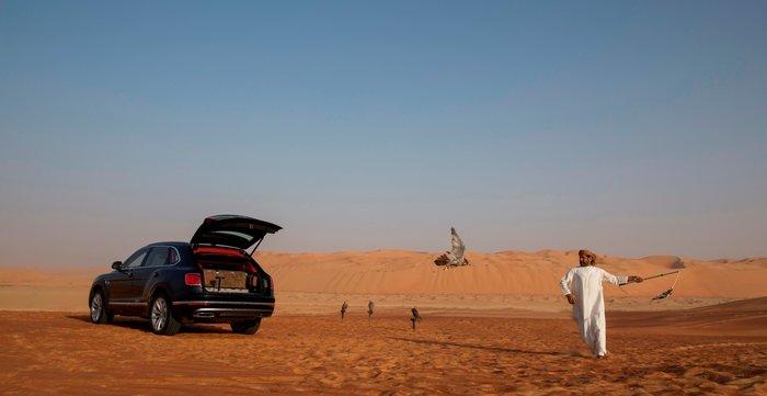 Ο ευτυχής κάτοχος της Bentaya Falconry στην έρημο