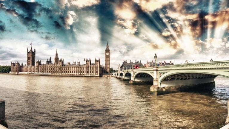 ta-mustika-tou-tamesi-ti-krubei-to-potami-tou-londinou--fwto