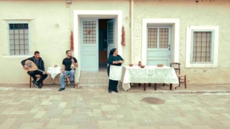 Γιαγιά στην Κρήτη κυνηγά δρομείς με τηγανόψωμα -βίντεο
