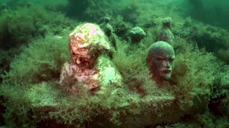 Κολύμπι ανάμεσα σε αγάλματα σε ένα υποβρύχιο μουσείο
