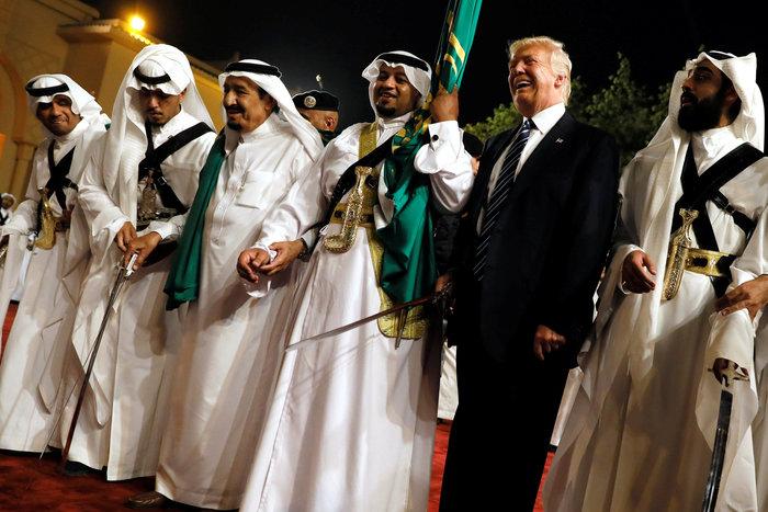 Ο Τραμπ στη Σ. Αραβία: Η υπόκλιση και το deal των 380 δισ. δολαρίων - εικόνα 2