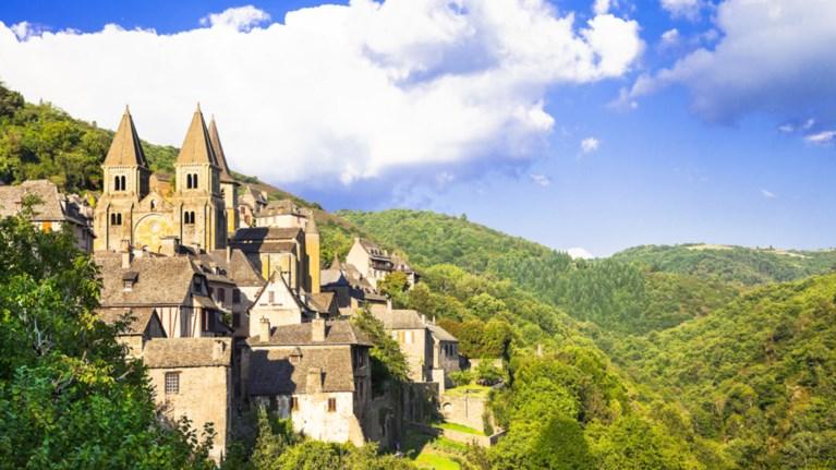 Ένα αριστουργηματικό μεσαιωνικό χωριό στη Γαλλία σαν σκηνικό