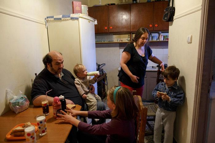 Reuters: Η φτώχεια δοκιμάζει τις ελληνικές οικογένειες στην κρίση - εικόνα 7