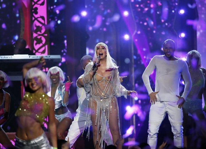 Πιο... νέα από ποτέ η Σερ σοκάρει στα Billboard Music Awards - εικόνα 2