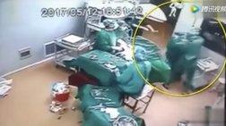 Γιατροί «παίζουν ξύλο» ενώ ο ασθενής χειρουργείται -βίντεο