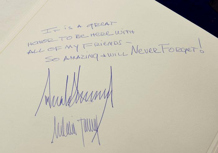 Το ιδιόχειρο σημείωμα του Τραμπ στο βιβλίο επισκεπτών που προκάλεσε σάλο