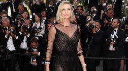 Η πανέμορφη Σαρλίζ Θερόν στις Κάννες με ημιδιάφανο δαντελένιο φόρεμα