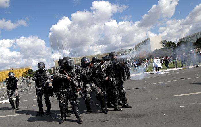 Μπραζίλια: Στους δρόμους ο στρατός, συγκρούσεις με διαδηλωτές - εικόνα 3