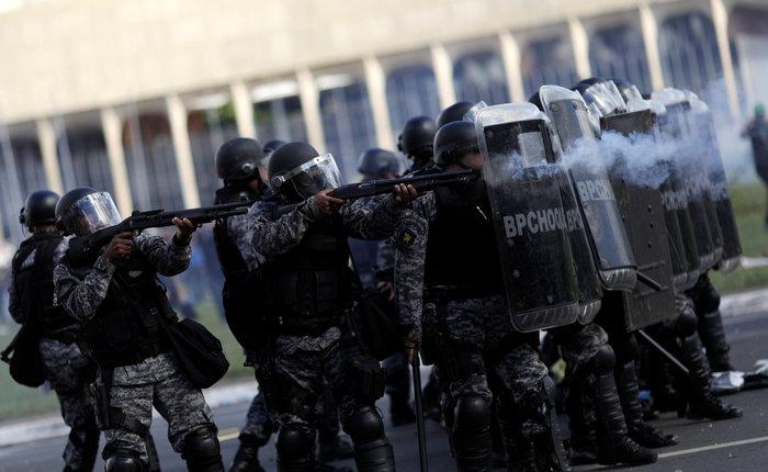 Μπραζίλια: Στους δρόμους ο στρατός, συγκρούσεις με διαδηλωτές - εικόνα 4