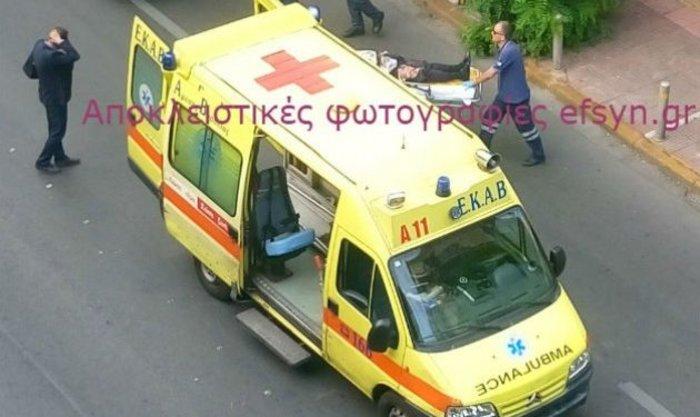 Αποκλειστική φωτογραφία της Εφημερίδας των Συντακτών από την μεταφορά του κ. Παπαδήμου στο ασθενοφόρο πριν την μεταφορά του στον Ευαγγελισμό.