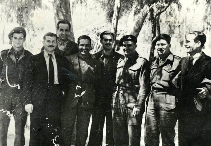 Με μέλη της κρητικής αντίστασης και Αγγλους αξιωματικούς