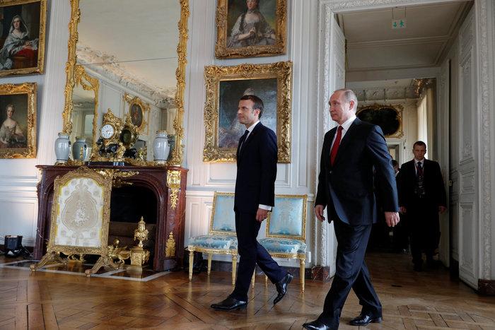 Στις Βερσαλλίες ο Βλαντιμίρ Πούτιν - Το αστείο με τη χειραψία