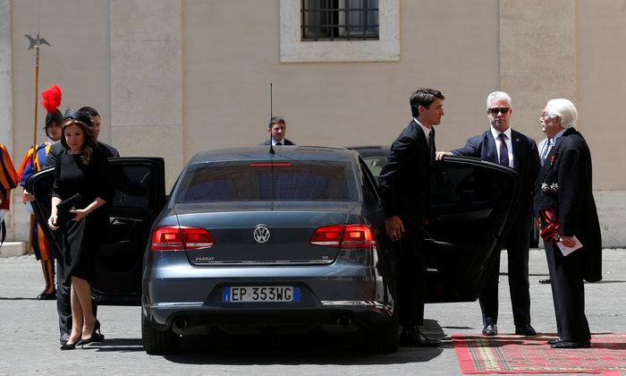 Η σύζυγος του Τριντό πήγε στον Πάπα με ντύσιμο αλά Αμάλ Κλούνεϊ