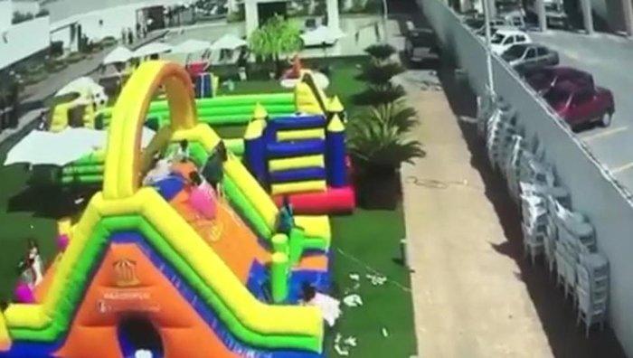 Η τρομακτική στιγμή που άνεμος παρασέρνει φουσκωτό με παιδιά -βιντεο