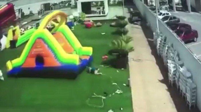 Η τρομακτική στιγμή που άνεμος παρασέρνει φουσκωτό με παιδιά -βιντεο - εικόνα 2